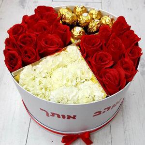 קופסה עם פרחים ושוקולדים